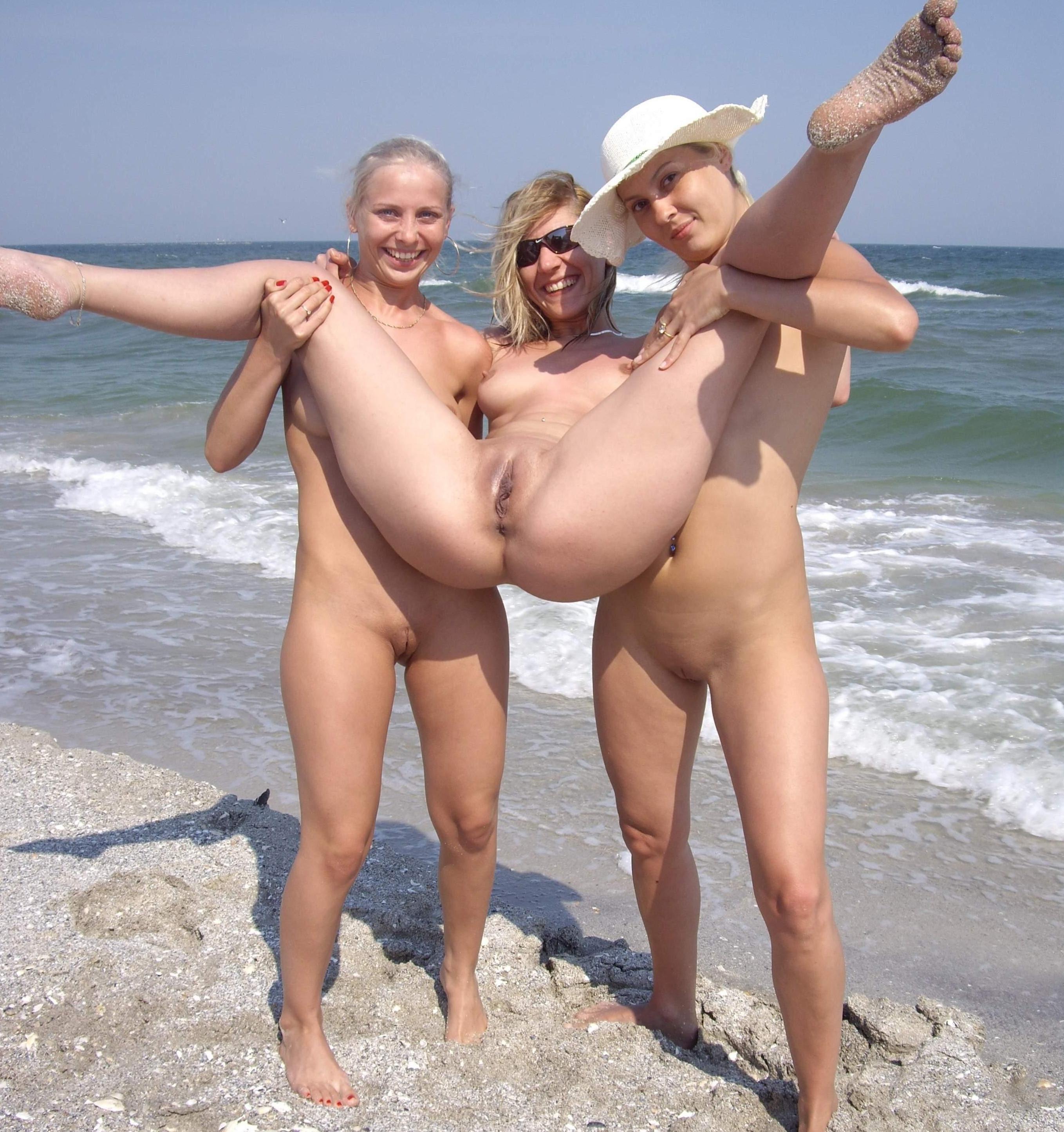 Fantastisches Nacktfoto von geilen FKK-Frauen am Meer