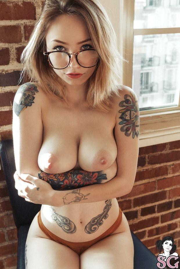 Charmante blonde perfekte Titten und Körperbilder