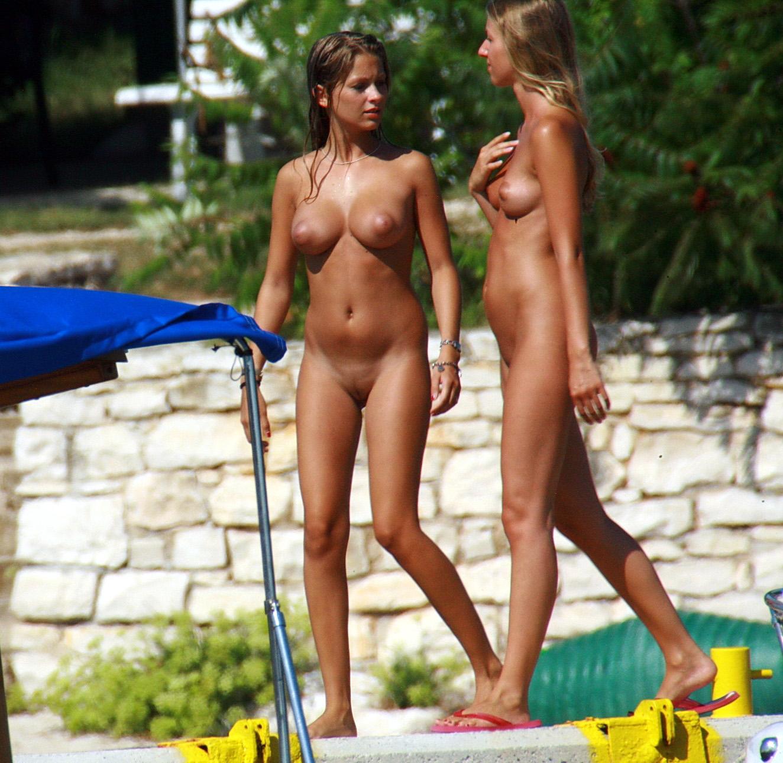 Mädchen am pool nackt